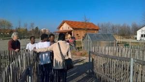 Ekkehard Wieprecht erklärt die Farm, Kenya Taliani begleitet die Geflüchteten. Foto: s. Skuballa