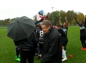 RBL Summer Cup: Die Spieler feiern ihren Manager: Hoch lebe Heli!