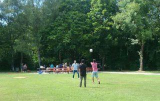 Sommerfreude: Ballspiel auf der großen Wiese