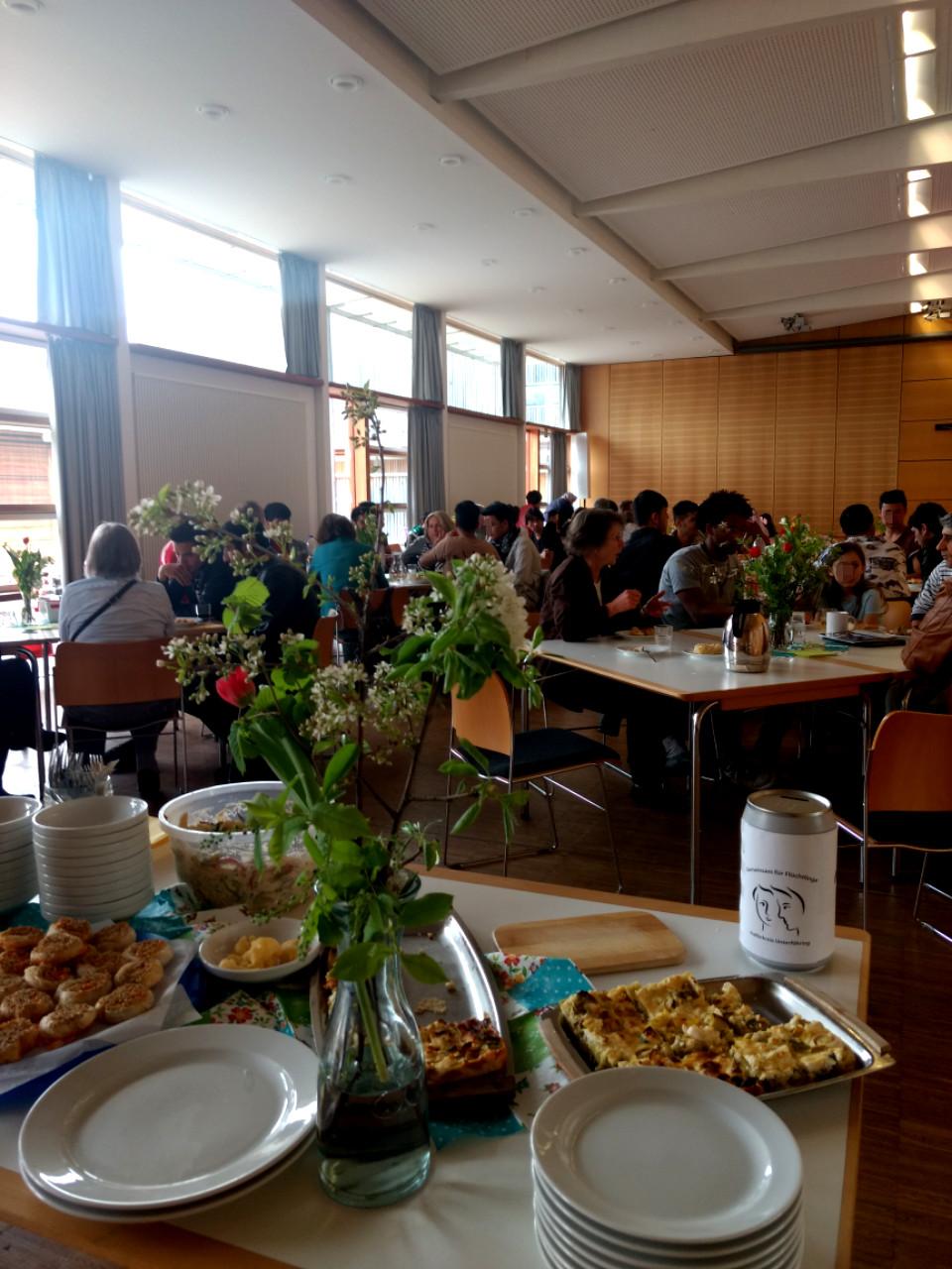 Gemütliches Zusammensein nach dem Spaziergang zum Wahllokal:  Der Helferkreis lädt ein zum Café Miteinander!