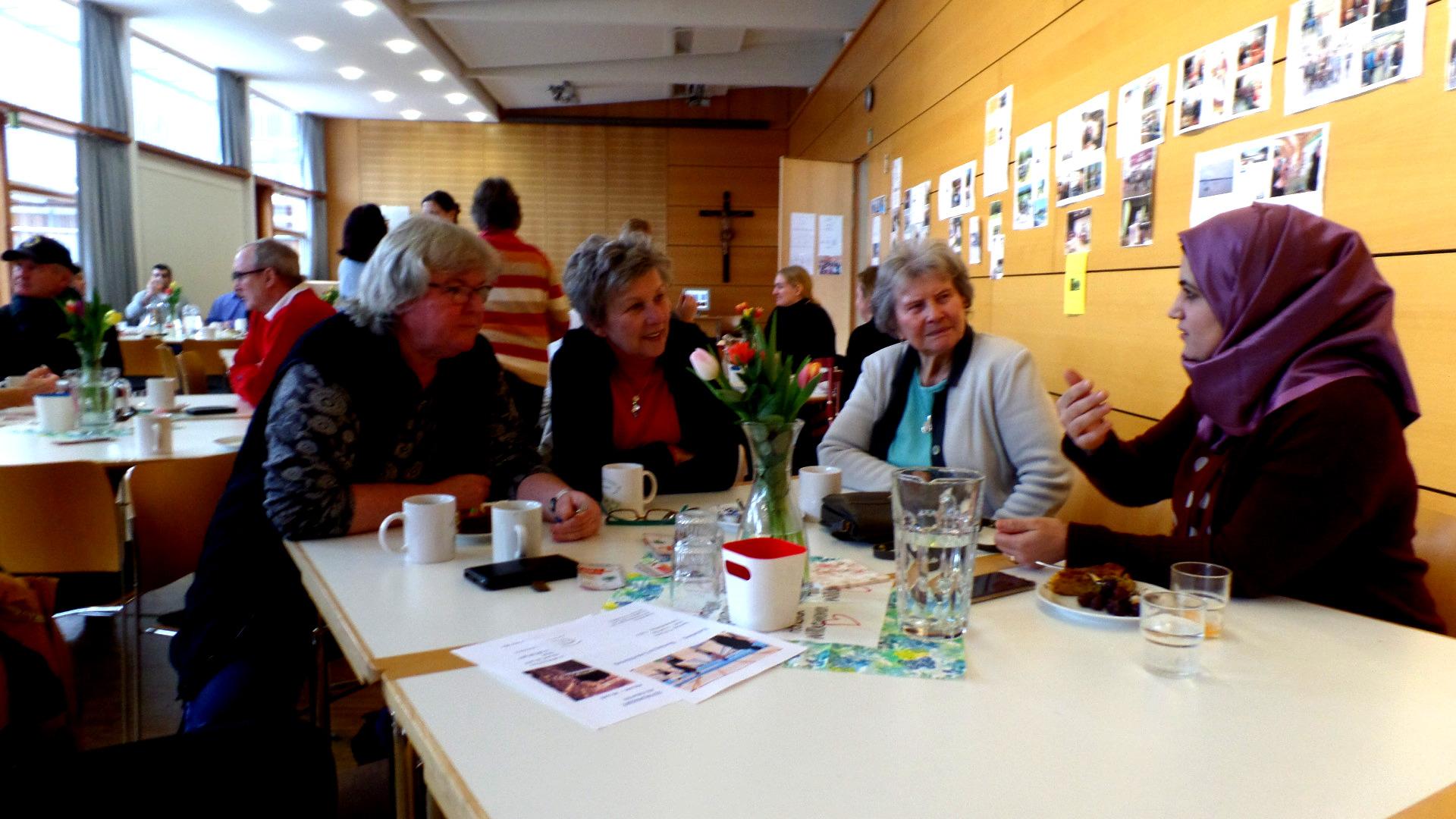 Café Miteinander: Geflüchtete von damals und heute